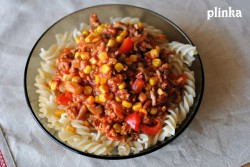 Makaron z mięsem mielonym, pieczarkami, papryką i kukurydzą