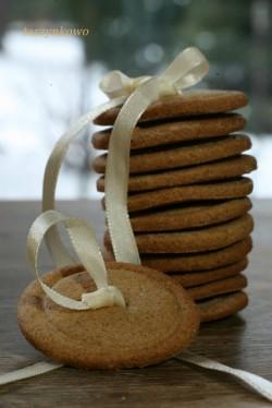Piernikowy guzik z pętelką – z mąki żytniej i orkiszowej.