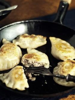 Pierogi z farszem z mięsa kaczki podsmażane na gęsim smalcu