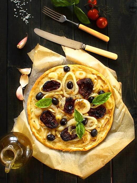 Pizza z cebulą, suszonymi pomidorami i oliwkami
