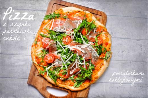Pizza z szynką parmeńską, mozzarellą, rukolą i pomidorkami koktajlowymi