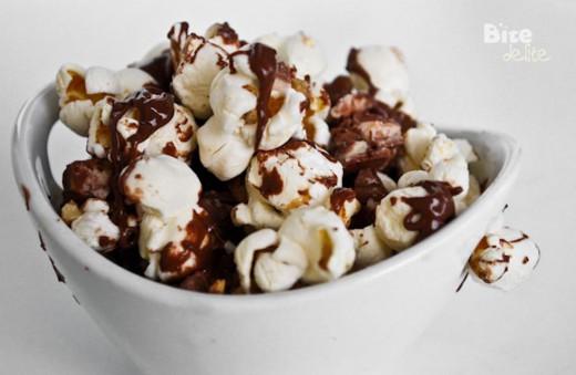 Popcorn z orzechami w czekoladzie