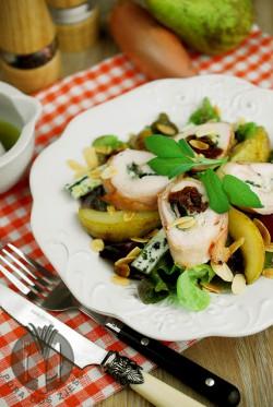 Roladki z piersi kurczaka faszerowane suszonymi pomidorami, podane na sałatce z gruszkami