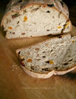 Pszenno żytni chleb na zakwasie z rodzynkami i suszonymi morelami