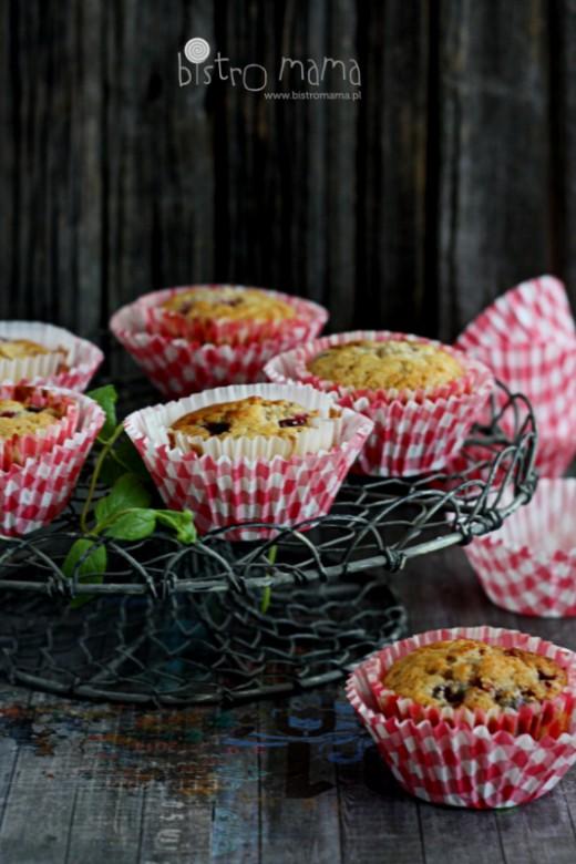 Pszenno-razowe muffinki z wiśniami i białą czekoladą