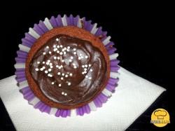 Muffinki murzynkowe z miodem, marmoladą i polewą czekoladową.