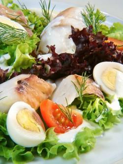 Sałata z wędzoną rybą i jajkiem przepiórczym