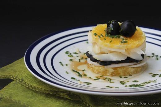 Sałatka z dorszem, pomarańczą i czarnymi oliwkami