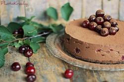 Sernik czekoladowy wypchany wiśniami