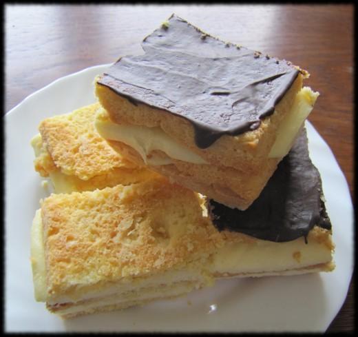 Sernik gotowany przekładany kruchym ciastem