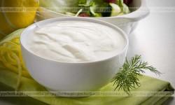 Sos z zsiadłego mleka z cebulką