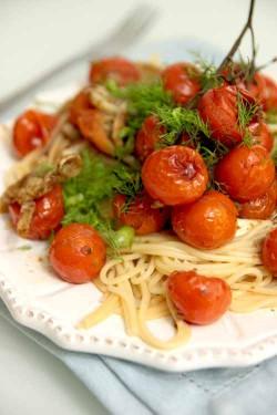 Spaghetti z fenkułem i pomidorkami koktajlowymi