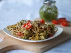 Spaghetti z pesto, kurczakiem i pomidorami