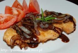 Sznycle z kurczaka (lub schabu) z karmelizowaną cebulą i …