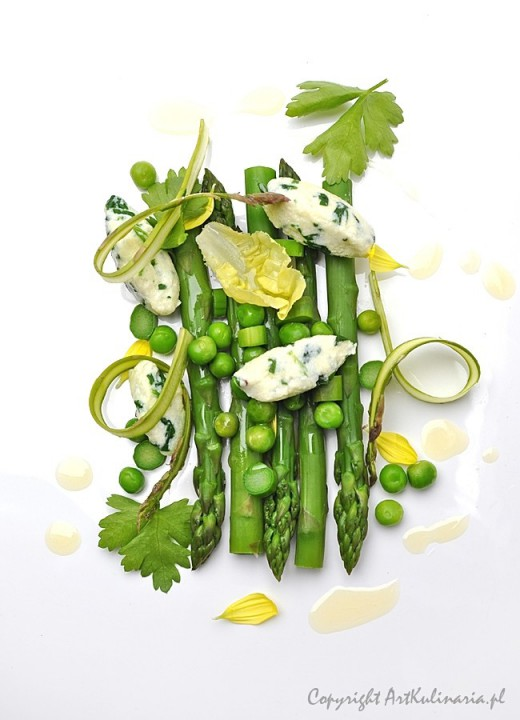 Szparagi, groszek oraz kluski z ricotty i szpinaku