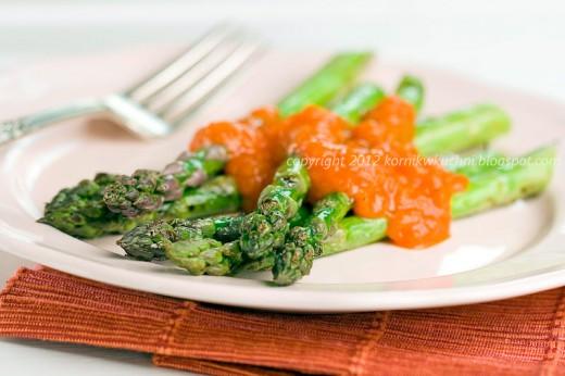 Szparagi z grilla z paprykowym sosem