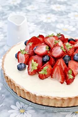 Tarta z białą czekoladą i owocami