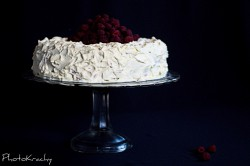 Tort malinowy z białą czekoladą