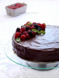 Tort śmietankowo- jeżynowy z polewą czekoladową