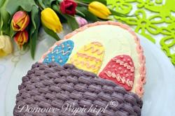 Tort wielkanocny w kształcie jajka