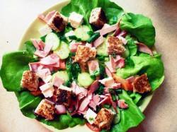 Zestaw śniadaniowy- warzywa, grzanki i szynka