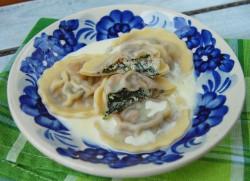 Ravioli ze szpinakiem, ricottą i orzechami włoskimi.