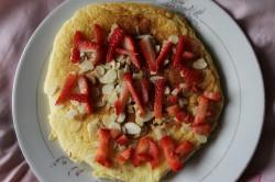 Waniliowy omlet i truskawki