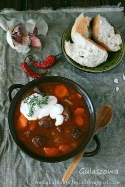 Węgierska zupa gulaszowa z cukinią