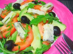 Sałata rukola, awokado, gorgonzola, czarne oliwki i pomidor w sosie winegret