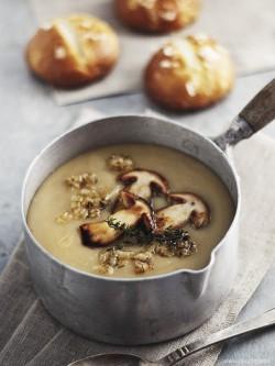 Zupa krem z kartofli podana ze smazonymi na masle borowikami