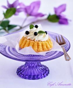 Babeczki torteletts z bitą śmietaną i jagodami