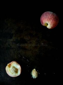 Białe brzoskwinie w różanym syropie z pistacjowym krokantem. I co słychać ?