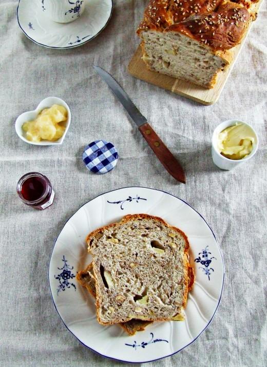 Chleb z gruszkami i orzechami