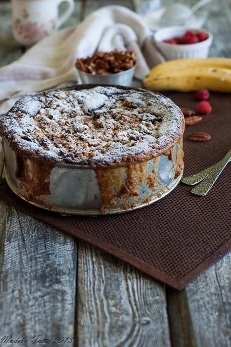 Ciasto bananowe z malinami i orzechową kruszonką