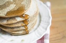 Ciecierzycowo-orkiszowe pancakes z syropem klonowym / Chickpea-spelt pancakes with maple syrup