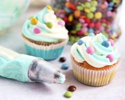 Cupcakes z dwukolorowym kremem i drażetkami