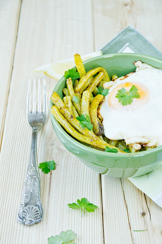 Fasolka w curry z jajkiem sadzonym