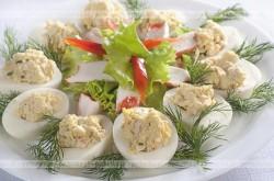 Jajka faszerowane mięsem z kurczaka, musztardą i majonezem
