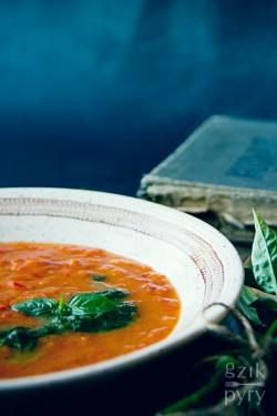 Kremowa zupa pomidorowa z pieczoną papryką