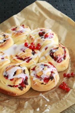 Ślimaczki – zawijane drożdżowe bułeczki z porzeczkami, czekoladą i lukrem