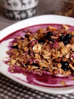 Śniadanie pachnące domową granolą