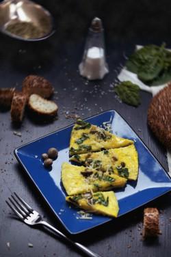 Omlet z grzybami, szpinakiem oraz serem