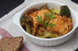 Łosoś w sosie z pikantną pastą miso i warzywami