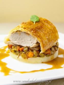 Polędwica wieprzowa podana na Rago?t z zielonej soczewicy, marchwi oraz pureé z ziemniaków