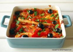 ryba zapiekana w sosie pomidorowym z oliwkami