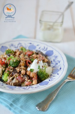 Sałatka na ciepło z bakłażanów, brokułów, ciecierzycy i bulguru