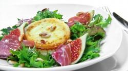 Sałatka z figami, kozim serem i szynką Serrano