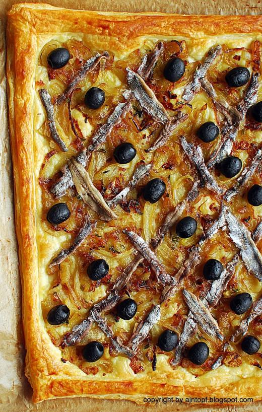 tarta z anchois i czarnymi oliwkami na cieście francuskim