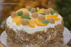 Tort brzoskwiniowo-orzechowy z czekoladowymi pralinkami