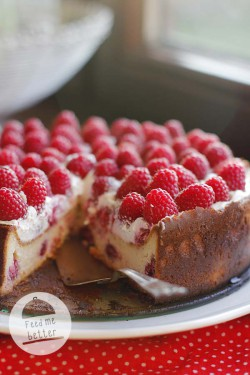 \Tort z malinami i białą czekoladą.